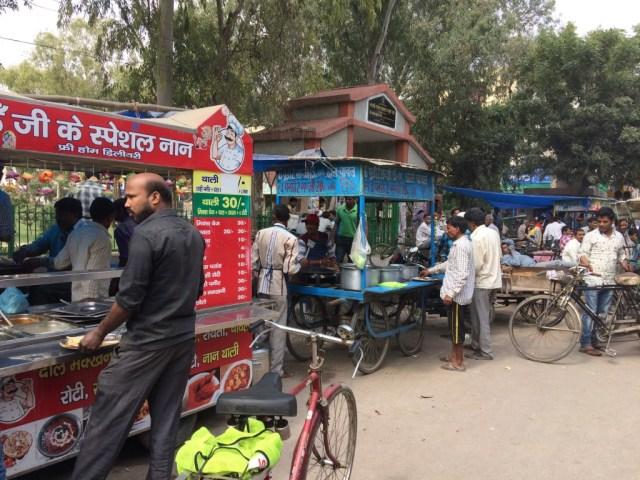 Street vendors serving meals at Mayur Vihar, Phase 3