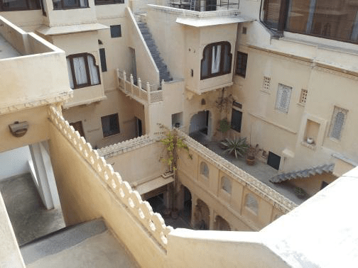 Architecture finds solutions for environmental comfort, shadow and air, with the use of natural light and air, without the need for air conditioning. Udaipur 2013
