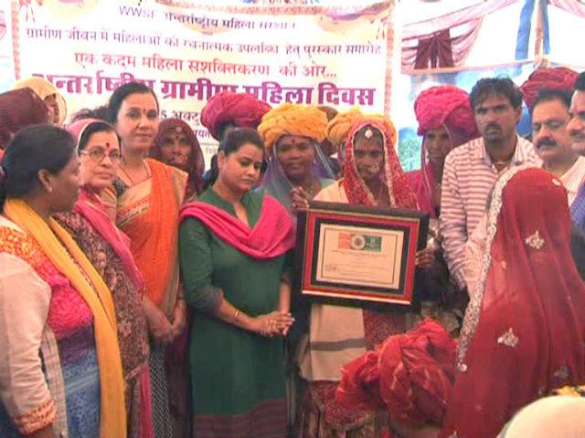 अंतरराष्ट्रीय ग्रामीण महिला दिवस पर केशी बाई को किया गया सम्मानित।
