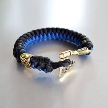 Фото синий с черным браслет из паракорда с секирой и бусиной