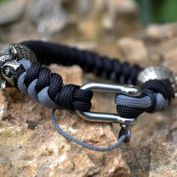 Фото чёрно-серый браслет из паракорда с застежкой