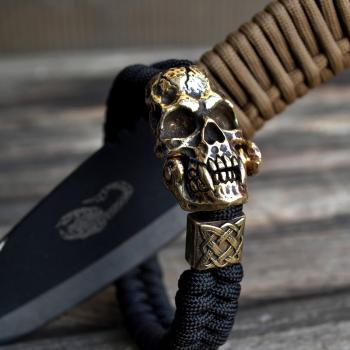 Фото плетеный чёрный браслет из паракорда с застежкой череп вампира и бусиной