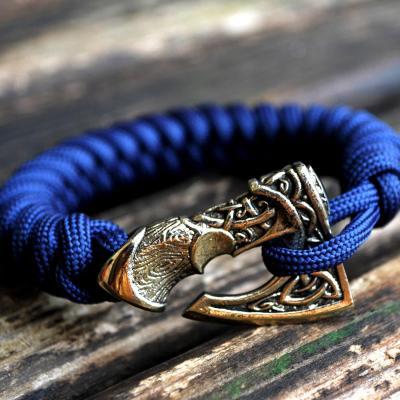 Фото плетеный браслет из паракорда секира Перуна