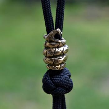 Фото бусина Змея на темляк