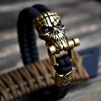 Фото чёрный браслет из паракорда с застежкой шакл и бусиной шлем ужаса