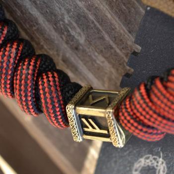 Фото красно-чёрный браслет из паракорда с рунами