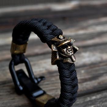 Фото чёрный браслет из паракорда с бусиной шлем самурая