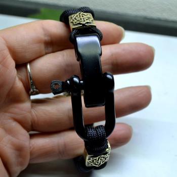 Фото чёрный браслет из паракорда с застежкой шакл и бусинами валькирия