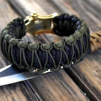 Фото чёрный с хаки паракордовый браслет кобра с застежкой шаклом