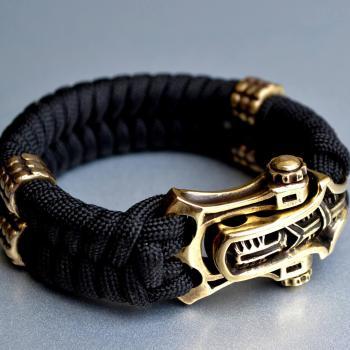 Фото чёрный браслет из паракорда с застежкой шаклом и бусинами