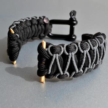 Фото браслет для часов из паракорда с застежкой шаклом, плетение кобра