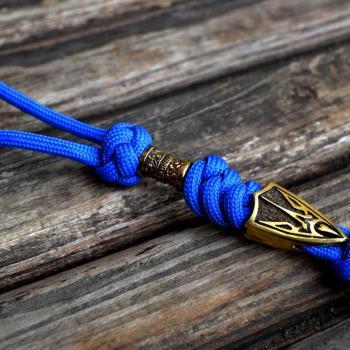 Фото синий темляк для ножа с бусиной и трезубцем