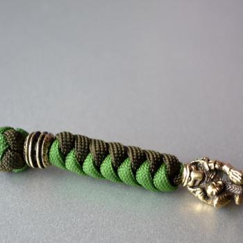 Фото зелёный темляк на нож с бусиной хищник