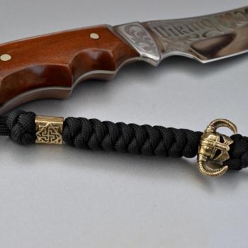 Фото чёрный паракордовый темляк на нож с бусиной шлем викинга и валькирия