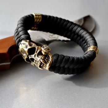 Фото браслет ручной работы с черепом вампира и бусинами