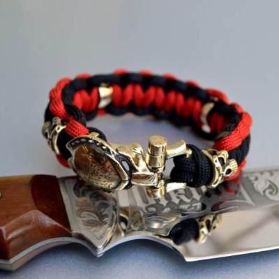 Фото красно-черный браслет из паракорда с застежкой хищник