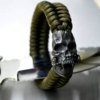 Фото мужской браслет из паракорда с застежкой