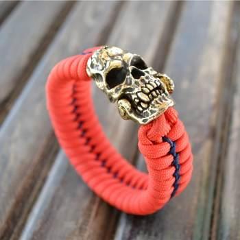 Фото красный браслет из паракорда с застежкой череп вампира