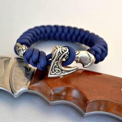 Фото синий браслет из паркорда с застежкой секира Перуна