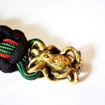 Фото паракордовый темляк с бусиной осьминог