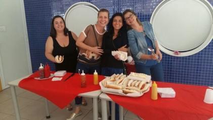 Mães do Compa no preparo do hot dog.