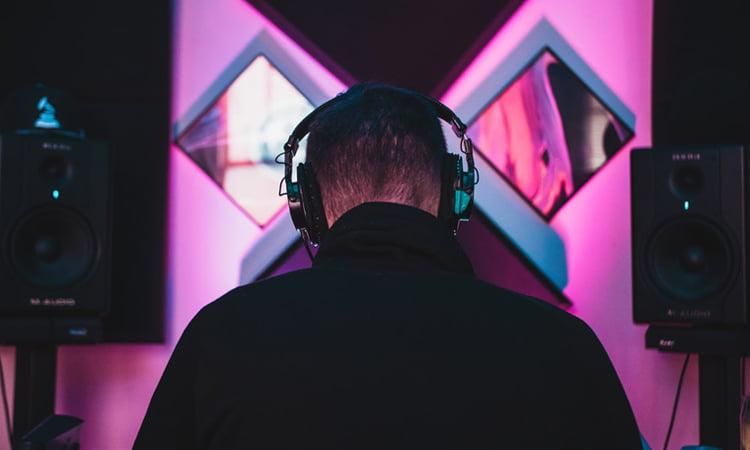 Does a producer make beats