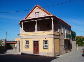 Casa construída em inícios do séc. XX, restaurada e habitada atualmente pela família do Dr. José Manuel Amaral.