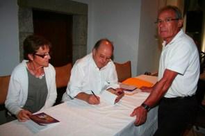 Sessão de autógrafos na festa da inauguração do restauro da Capela de S. António