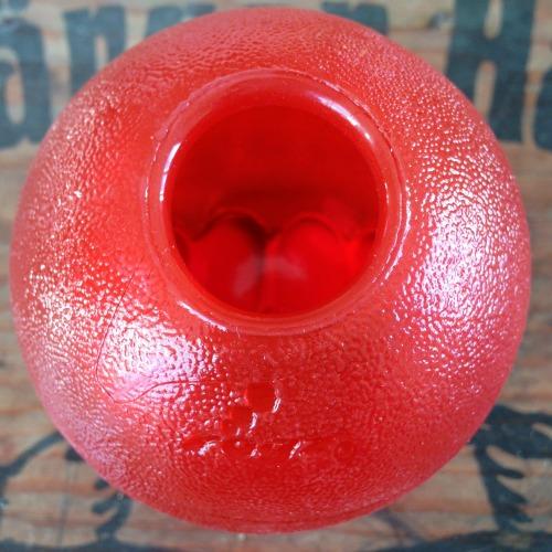 bild av hålet på baksidan på en röd grinz boll