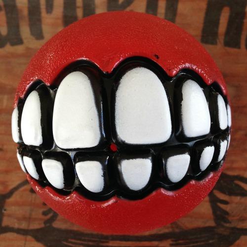 bild av en röd grinz boll