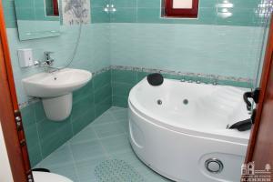 Къща 1 - баня с джакузи към спалня, етаж 2