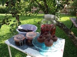 Noen av kirsebærproduktene: alliansemarmelade, kirsebær- og sjokolademuffins og kirsebærlikør. Likøren blir ferdig utpå høsten en gang.