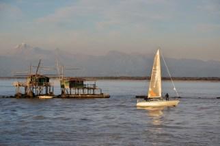 Una barca a vela alla foce dell'Arno