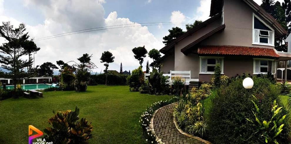 villa di puncak dengan kolam renang