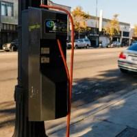 Lámpaoszlopokból lesz villanyautó töltő Los Angelesben