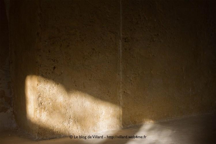 Manteau de cheminée réalisé en plâtre gros, chaux aérienne et sable local. Patine finale aux pigments terre de Sienne et terre d'ombre brûlée.