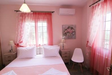 Μεγάλο υπνοδωμάτιο με διπλό κρεβάτι king size στον 2ο όροφο, Βίλα Ριλάξ, Θάσος