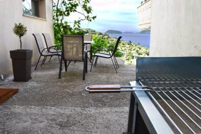 Садовый столик и мангал во дворе