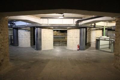 Columnas_de_granito_negro_de_Villar_del_Rey_en_la_Catedral_de_Vitoria