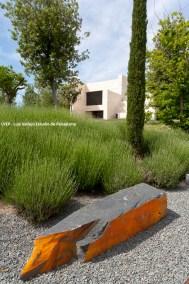 Monolito en jardín privado
