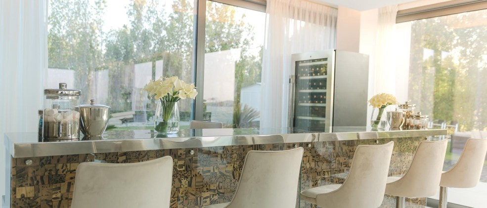 CHIC BAR PERFECT FOR ENTERTAINING