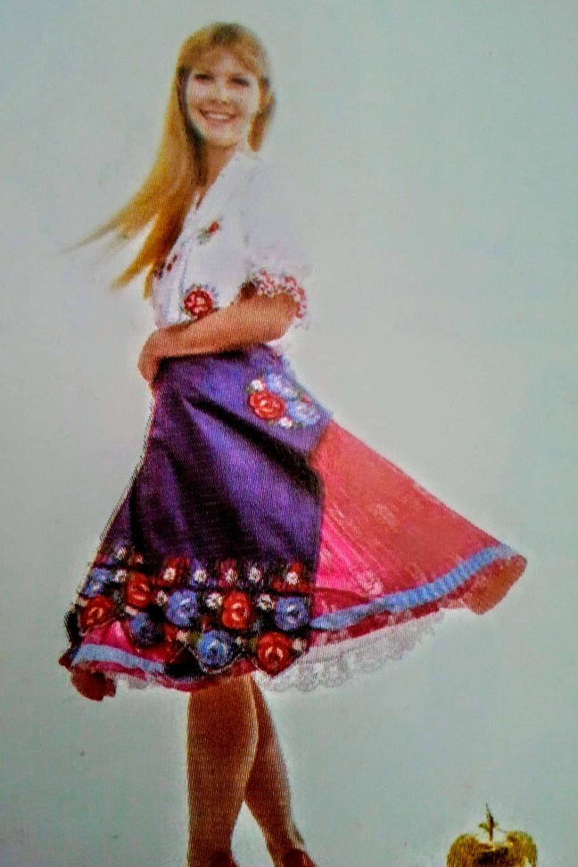 c0a0820159a0 Inte igår hon dansade en sommar. I ungersk folkdräkt