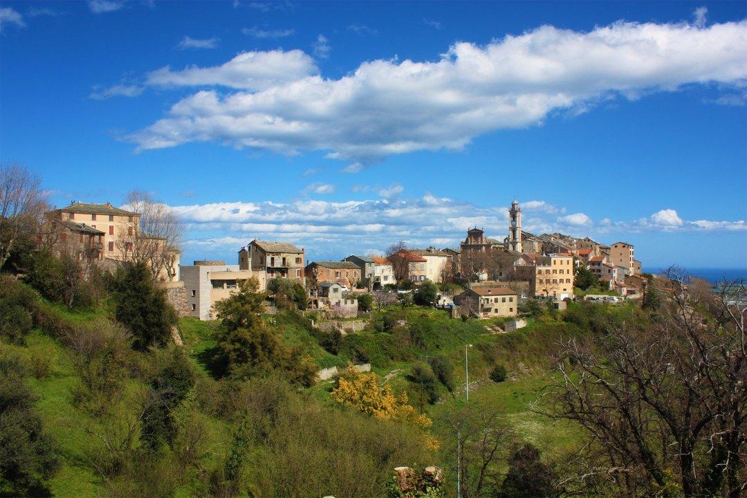 Le vieux village de Borgo perché sur un promontoire rocheux, dominant la plaine et la mer.