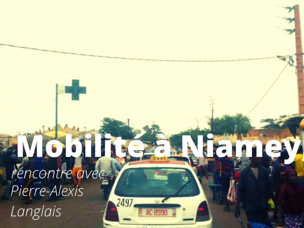embouteillage-de-taxi-à-Niamey-au-Niger-au-milieu-d-une-foule-de-pietons