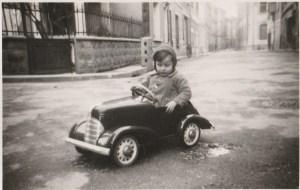 une voiture dans la rue