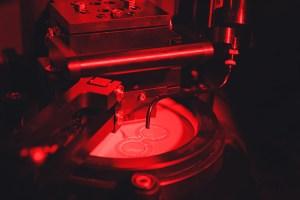 Tumma ja punainen pimeä kuva laitteistosta jossa kuin hana ja nestettä