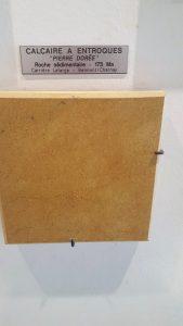 Echantillon de roche taillée et polie présenté à l'Espace Pierres Folles