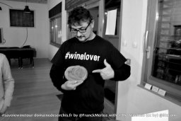 "Homme portant un sweat avec l'inscription ""Winelover"" #savoiewinetour domainedesorchis.fr_DSC_0060 @BIZCOM Arnaud VELTEN"