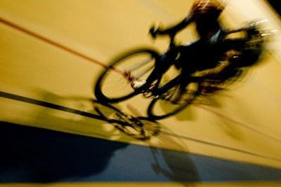 Cycliste sur piste en plein sprint