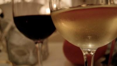 un verre de vin blanc et un verre de vin rouge